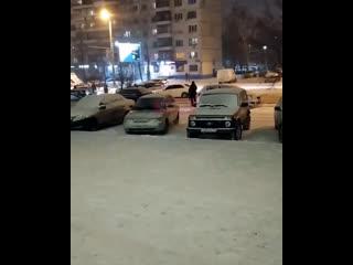 В Челябинске прямо на дороге устроили свадебные гуляния