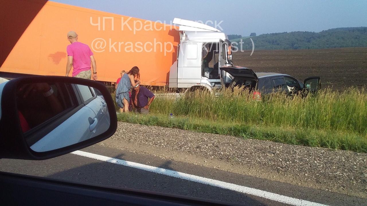 ДТП в Красноярском крае: на трассе три машины столкнулись с фурой