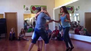 Alexei Articulado dances with two girls dançando com dois meninas Алексей танцует с двумя девушками