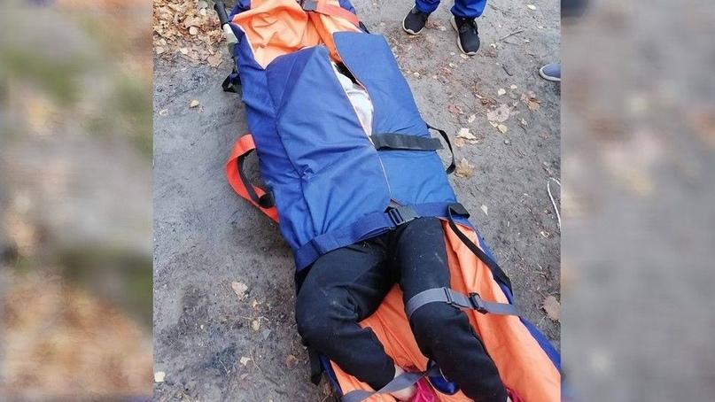 Несли на носилках полтора километра: под Самарой женщина упала с водопада