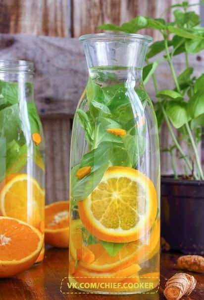 освежающий напиток с апельсином и базиликом нам потребуются: 1 большой апельсин 4 веточки свежего базилика 2 корня куркумы (длиной 3 см) 1 л минеральной воды 1. хорошо промываем апельсин и не