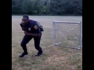 Полицейский показывает, как правильно преодолевать преграды