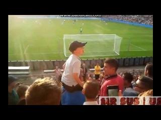 Ребенок управляет толпой фанатов Селтика