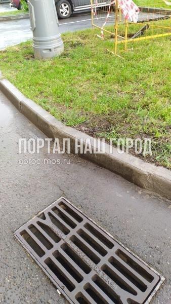 Коммунальные службы отремонтировали бордюр во дворе на Покровской