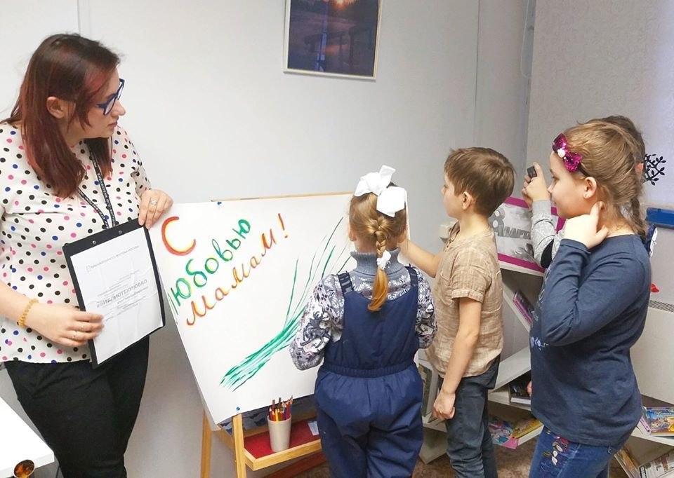 Сотрудники библиотеки № 117 провели праздничную программу «Между нами, девочками»