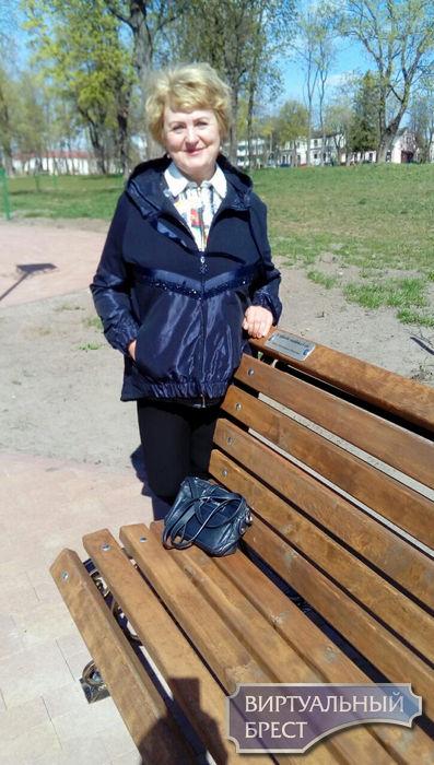 """""""Захотелось сделать что-то позитивное"""" В Городском саду ещё одна скамейка. Что там написано?"""