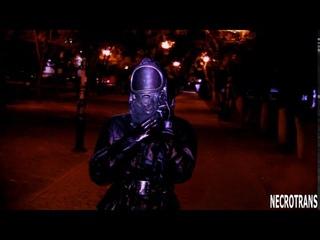 Панорамная маска ППМ-88 + кожаный облегающий костюм и черный плащ. Прогулки в противогазе по городу
