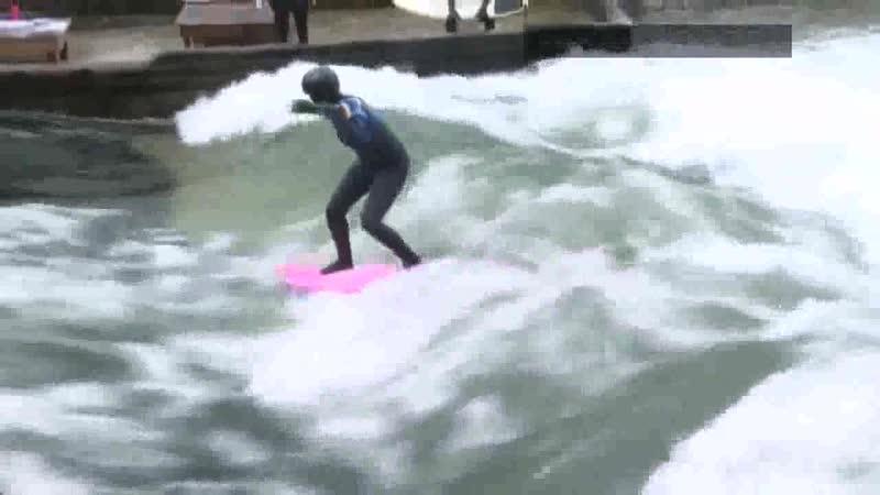 Безбашенные серфингисты на волне Айсбаха в Мюнхене Германия 18 01 21