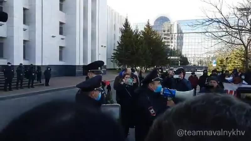 Полиция говорит в мегафон предупреждения и получает Полиции позор