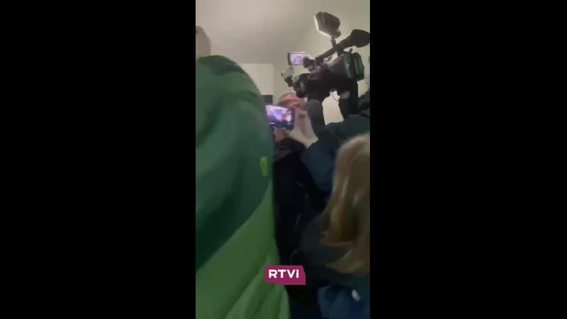 Полиция оттесняет журналистов от квартиры Навального
