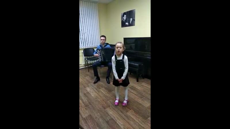 Дегтярева Марина группа Одуванчики исполняе песню на сихи С Есенина Над окошком месяц