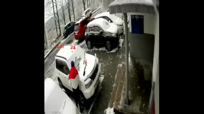 Камера сняла падение плиты на машину на Нейбута 34 У водителя сегодня второй День рождения 360p mp4