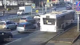 В Петербурге пешеход серьезно пострадал из-за необдуманного маневра автомобилиста