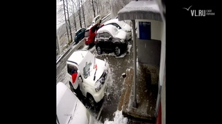 - Во Владивостоке плита упала на припаркованный у дома автомобиль