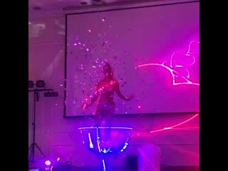 Девушка в бокале с лазерными проекциями