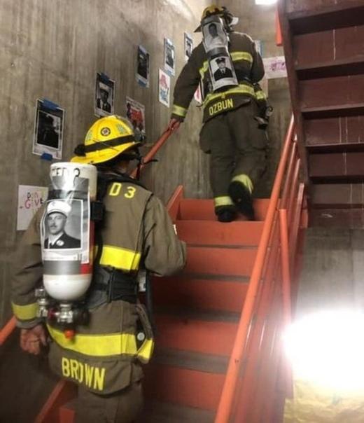 Пожарные отдают честь погибшим