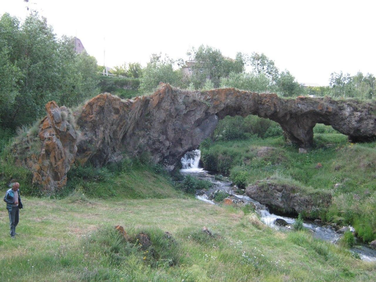 мост естественного происхождения близ озера Севан