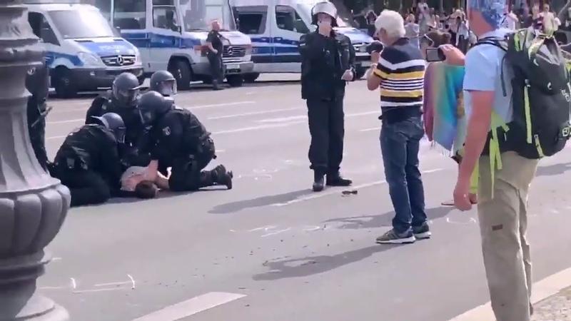В Берлине избили протестующую против карантина Женщину которая лежала на земле дважды ударил коп