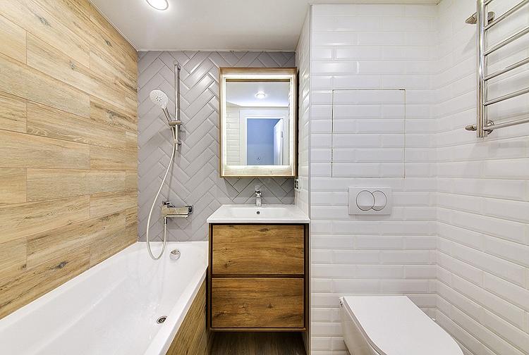 белая ванная с деревянной стеной