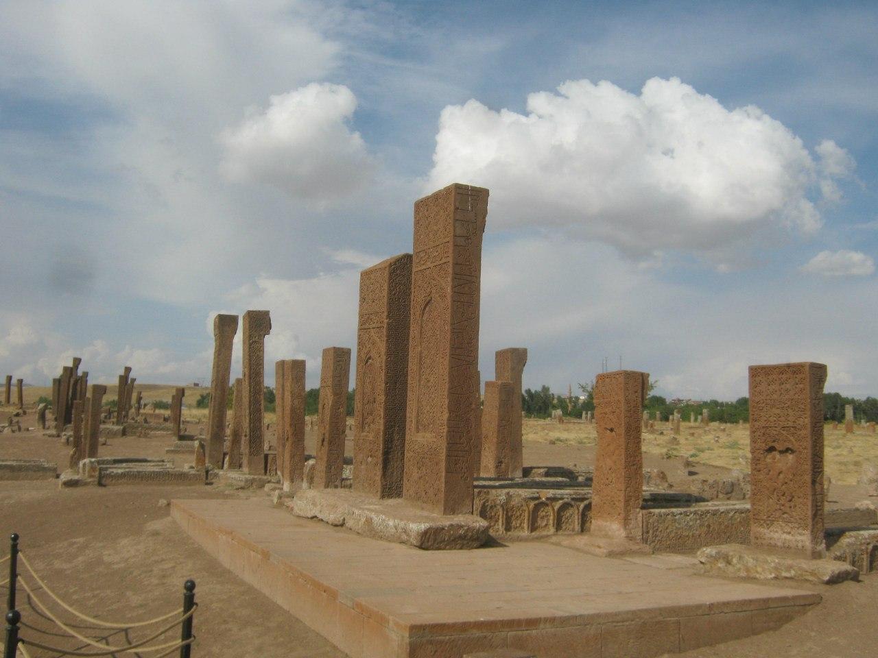 древнее мусульманское кладбище в Ахлате