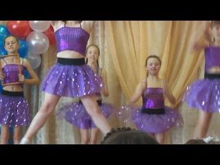 "Schoolgirls, girls dancing on the outlet. Dance ""This World""/Colegialas, las niñas bailando"