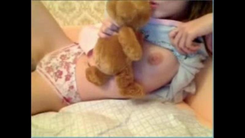 Милашка показывает свою небольшую грудь перед камерой в чате