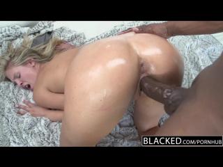 Сочная блондинка трахается с черным парнем и получает от него сперму в рот