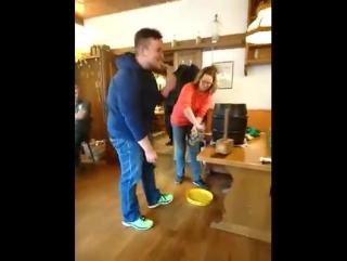 Парень пытается вставить кран в пивной бочонок