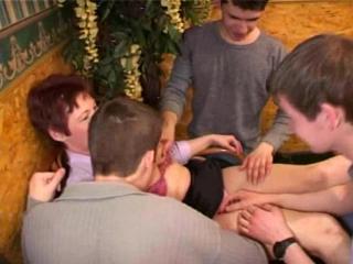 Мальчики развели на секс зрелую тетку
