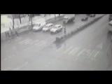 Скорая в Москве влетела в толпу людей на пешеходном переходе (не для слабонервных).