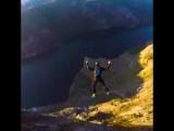 Красивые прыжки на фоне норвежских ландшафтов.