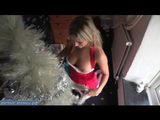 Красивая блондинка решила устроить своему папику новый год летом больно он любит трахатся под елкой