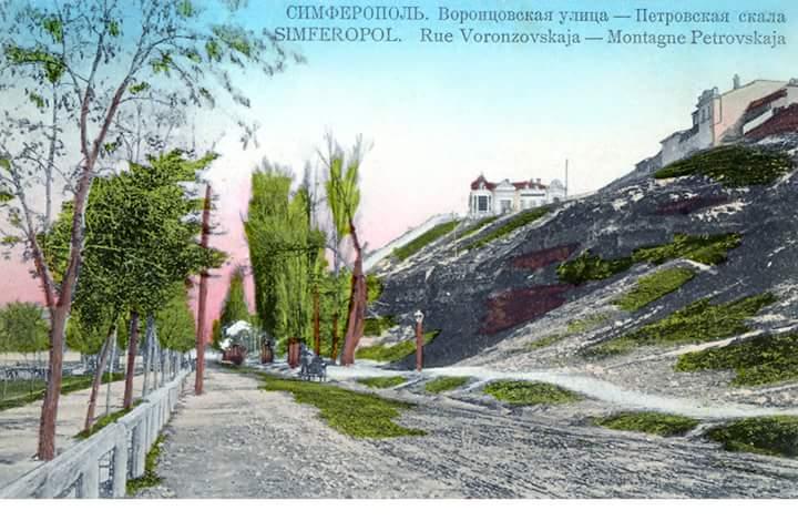 Макуринская горка над рекой Салгир между улицами Воровского (слева внизу) и Студенческой (справа вверху)