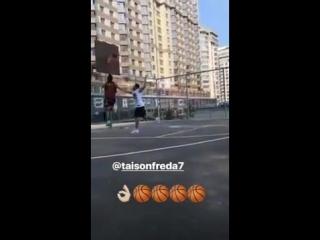 Тайсон і Веллінгтон Нем грають в баскетбол