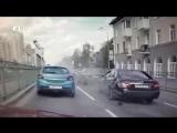 Не вписался между машинами- появилось видео жесткой аварии с участием мотобата