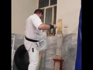 Работа по макиваре в додзё в Кёкусинкай карате добавляет жёсткость. Подготовка бойца https://vk.com/oyama_mas