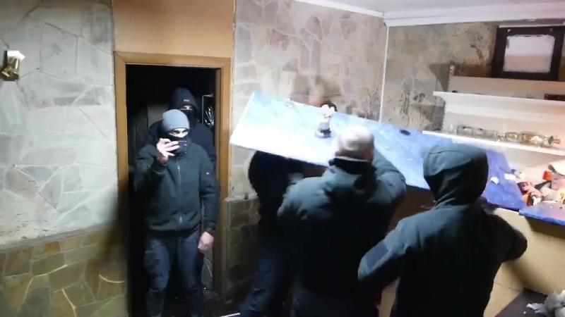 Активісти кувалдами розтрощили наливайку у Києві