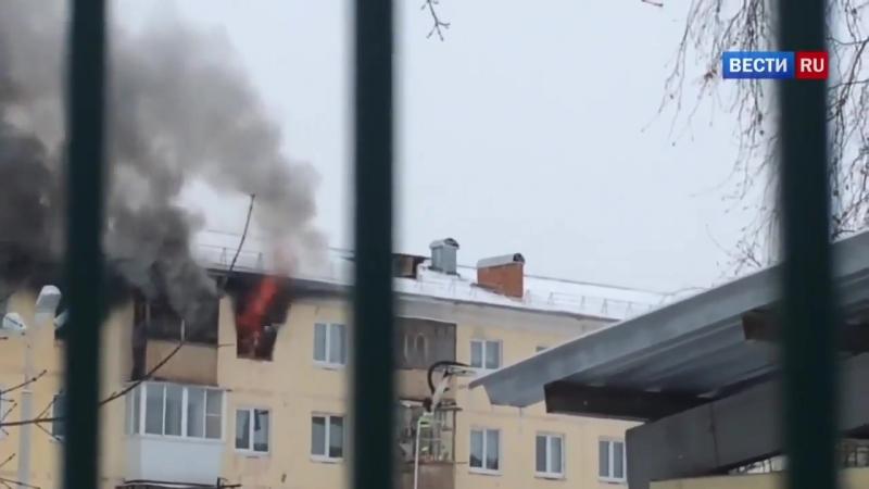 Россия 24 - Чудесное спасение уральца из объятой пламенем квартиры сняли на видео - Россия 24