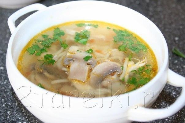 куриный суп с шампиньонами вкусный курино-грибной супчик. несомненное его преимущество в том, что в ход идут именно шампиньоны, а не лесные грибы, которые нужно долго варить. этот суп, возможно