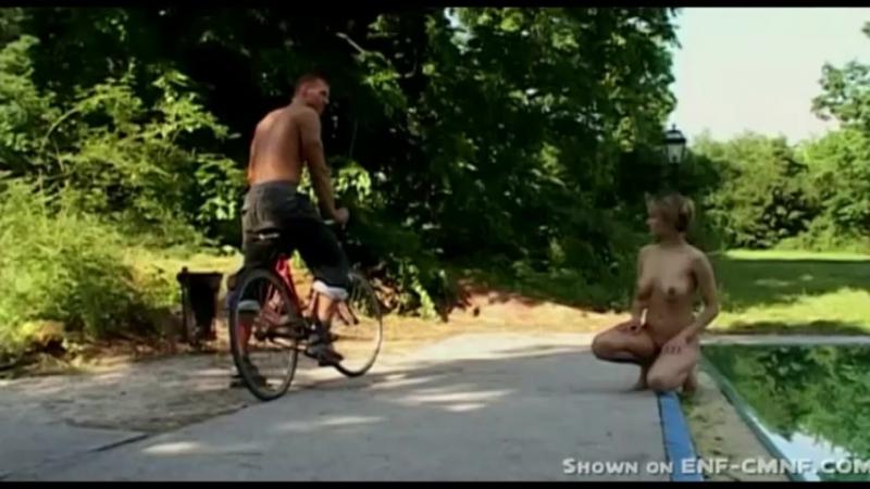 видео как пока девушка купалась голая украли одежду коридоре