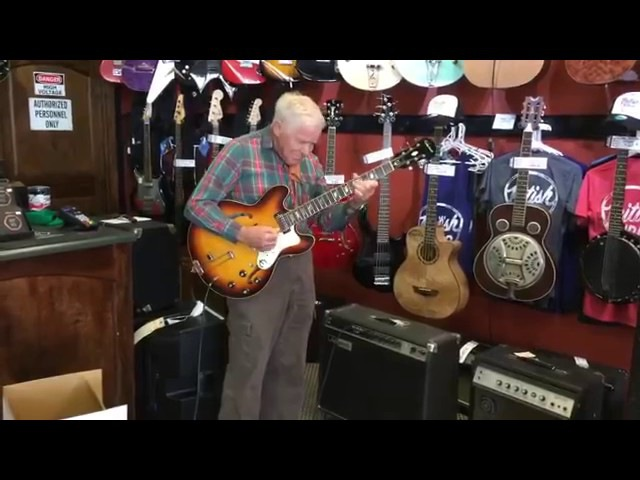 Ottantenne entra in un negozio di chitarre e stupisce tutti