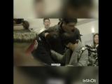 Тэхену плохо в аэропорту, Чонгук не отходил от него ни на шаг