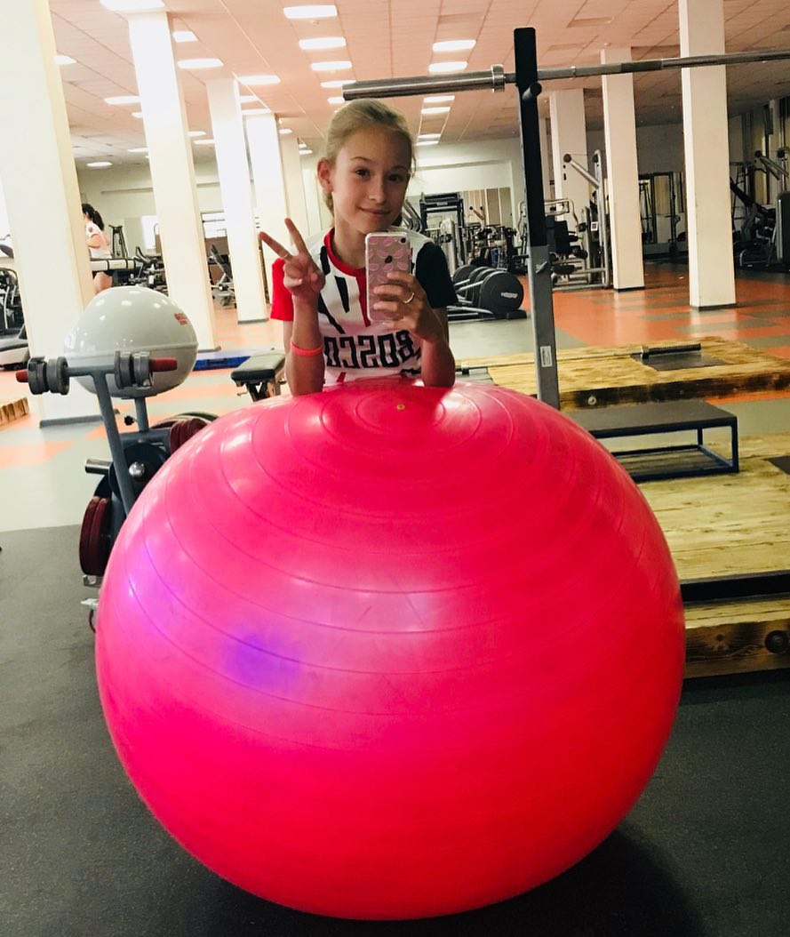 Розовый мяч Новогорска & Индивидуальный чемодан фигуриста - Страница 4 ZLx4Q39c1ZA