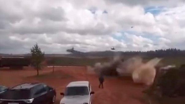 вертолет случайно обстрелял ракетами зрителей
