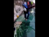 Видеофакт: в Китае стеклянный мост «треснул» прямо под ногами туристов