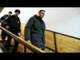 Алексея Навального задержали в подъезде дома в Москве