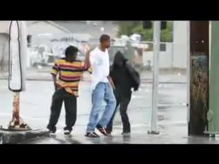 Чернокожие ребята танцуют прямо на перекрестке. Очень красиво) КРАСАВЦЫ!!!
