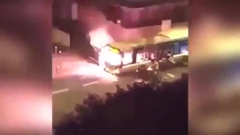 Migrantenmob zerstört ein Bus in Paris im Namen Allahs Allahuakbar