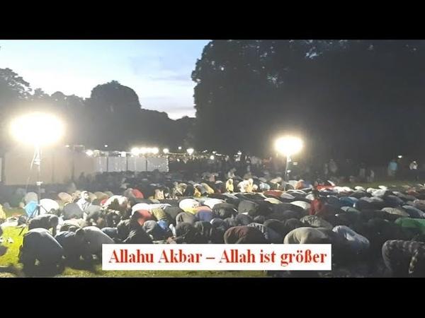 Moslems beim öffentlichen Beten mit Allahu Akbar und Fastenbrechen im Luitpoldpark München