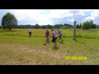 Бабули играют в футбол.